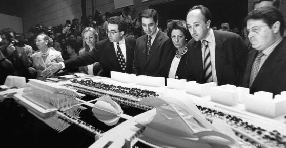 Calatrava describe la Ciudad de las Artes y las Ciencias a Marcela Miró, Eduardo Zaplana, Rita Barberá, Miguel Ángel Cortés y José Luis Olivas. Lloret (Archivo Las Provincias)