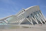 Las escaleras exteriores del Museo de las Ciencias fueron añadidas después de su construcción pues Santiago Calatrava olvidó dotar al edificio de una salida de emergencia | L.Osset.