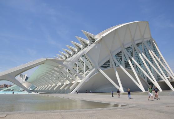 Las escaleras exteriores del Museo de las Ciencias  fueron añadidas después de su construcción pues Santiago Calatrava olvidó dotar al edificio de una salida de emergencia   L.Osset.