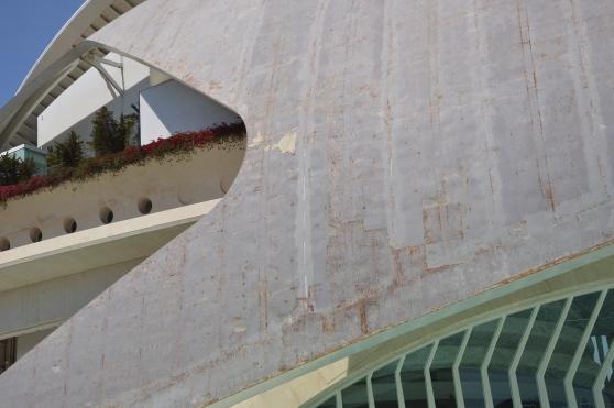 Vista cercana de la fachada oxidada del Palau de les Arts.| L.Osset.