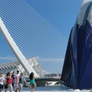 Jóvenes visitan los exteriores de los edificios de la Ciudad de las Artes y las Ciencias. |L.Osset.